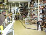 изграждане на стелажи и витрини за магазин за сувенири и подаръци