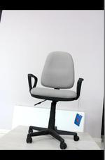 обзавеждане с сиви офис столове